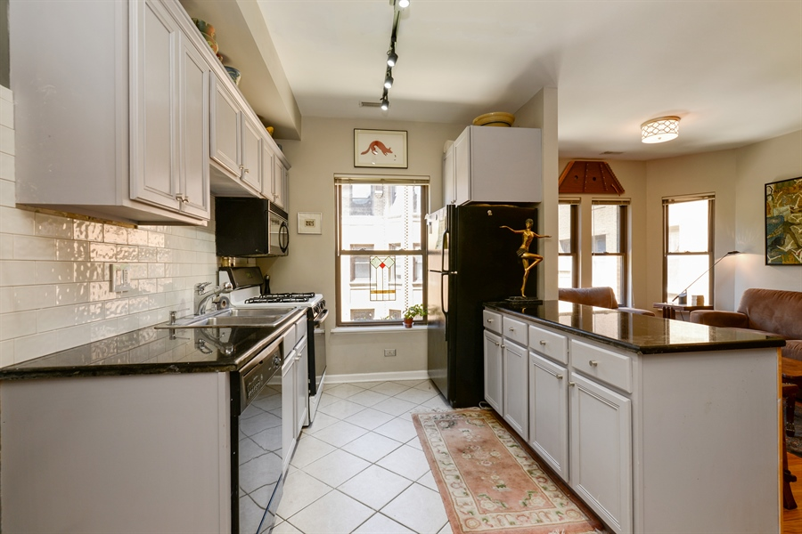 Real Estate Photography - 7715 N Hermitage, #2I, Chicago, IL, 60626 - Kitchen