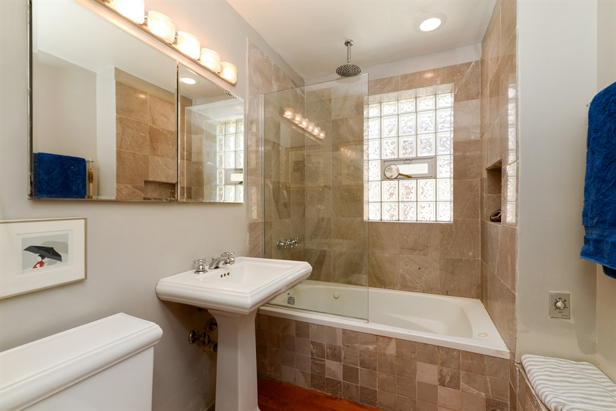 Real Estate Photography - 7715 N Hermitage, #2I, Chicago, IL, 60626 - Bathroom