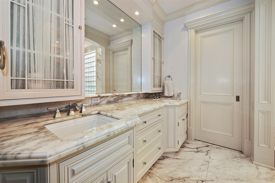 Real Estate Photography - 1433 N State Pkwy, Chicago, IL, 60610 - Master Bathroom