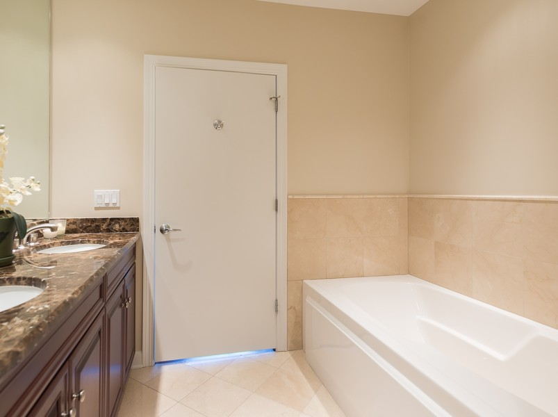 Real Estate Photography - 1211 S Prairie, Unit #3201, Chicago, IL, 60605 - Bath