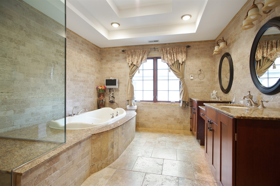 Real Estate Photography - 1909 Courtland Ave, Park Ridge, IL, 60068 - Master Bathroom