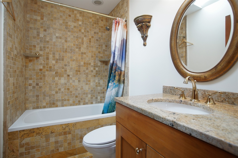 Real Estate Photography - 1909 Courtland Ave, Park Ridge, IL, 60068 - Bathroom