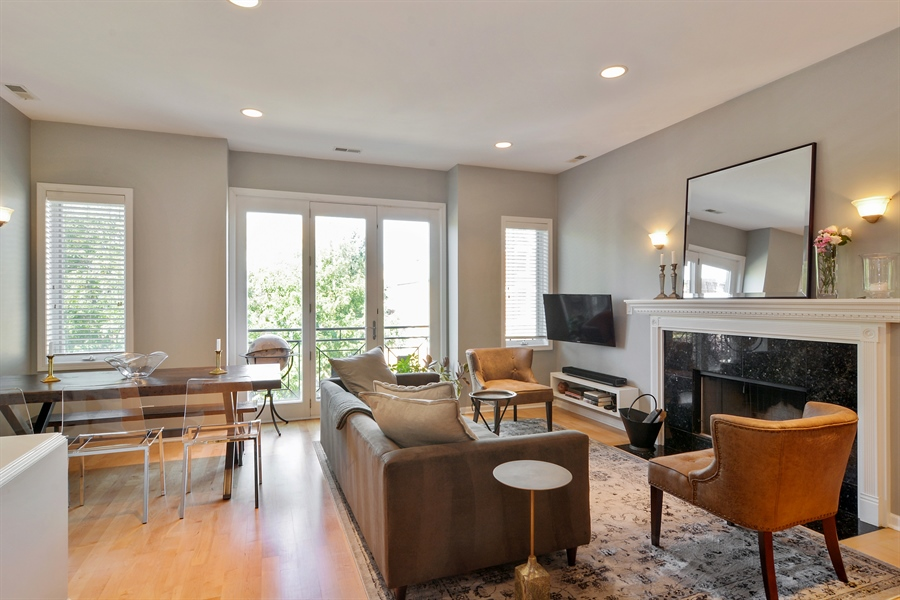 Real Estate Photography - 1637 W. Le Moyne #2, Chicago, IL, 60622 - Living Room