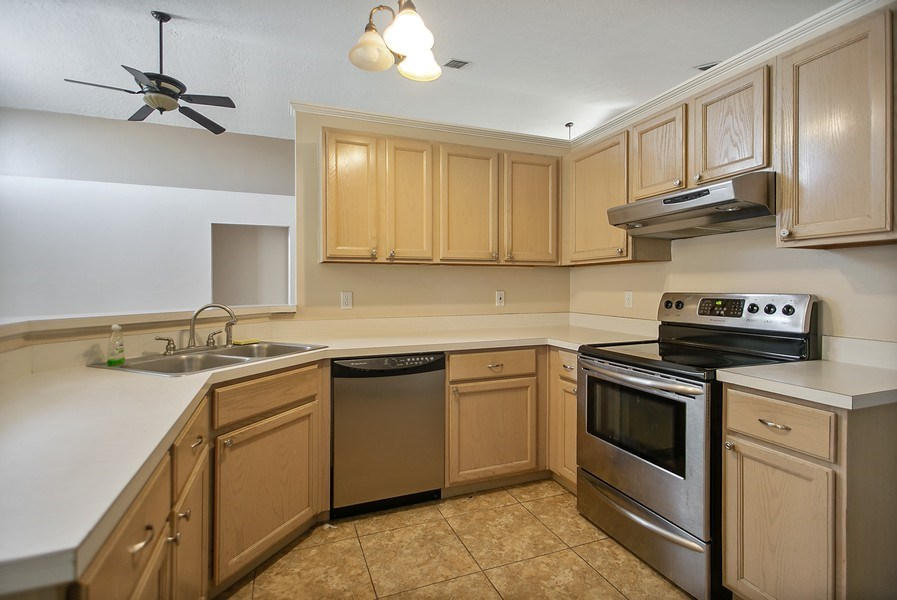 Real Estate Photography - 605 Bent Oak Loop, Davenport, FL, 33837 - Kitchen