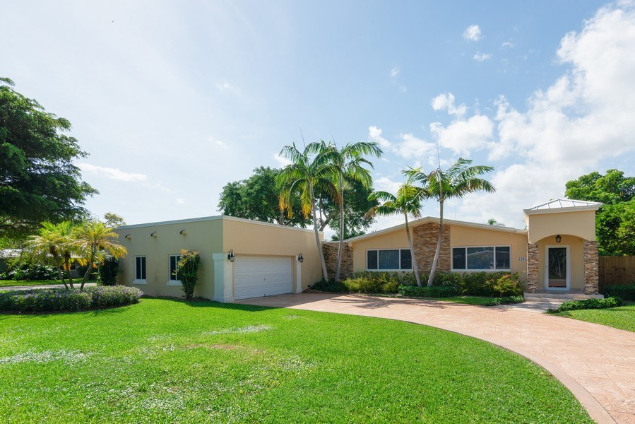 Real Estate Photography - 7505 SW 139th St, Palmetto Bay, FL, 33158 - Front View