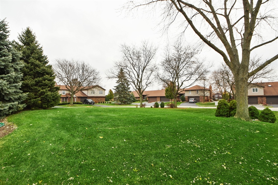 Real Estate Photography - 14304 Clearview Ct, Orland Park, IL, 60462 - Courtyard