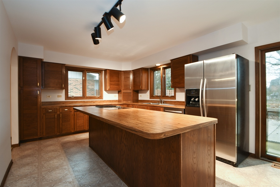 Real Estate Photography - 17140 70th Ave, Tinley Park, IL, 60477 - Kitchen