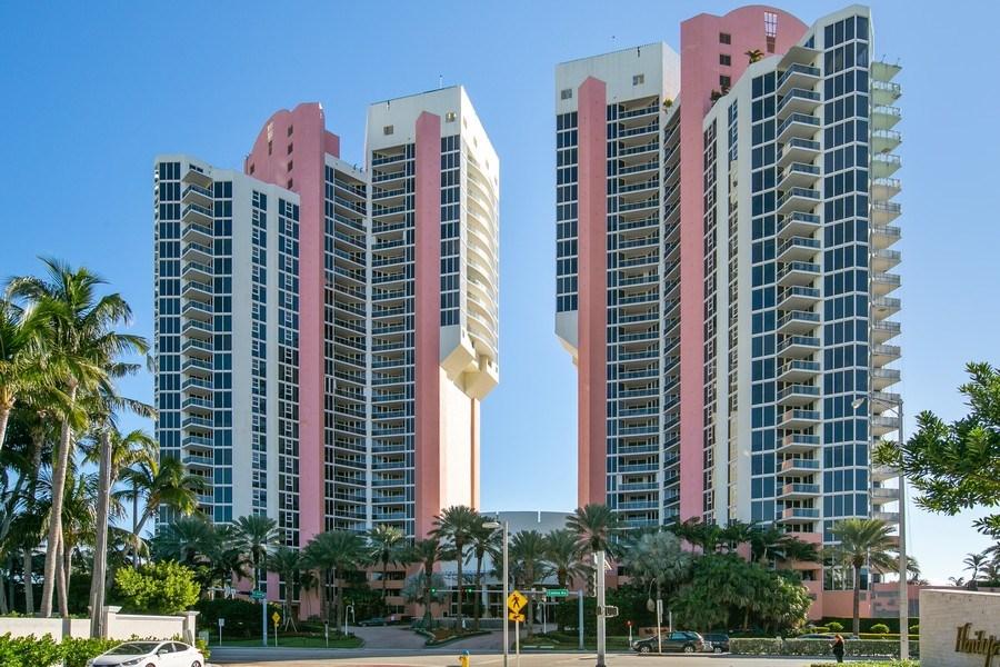 Real Estate Photography - 19333 Collins Ave, apt 1802, Aventura, FL, 33160 - Building Facade