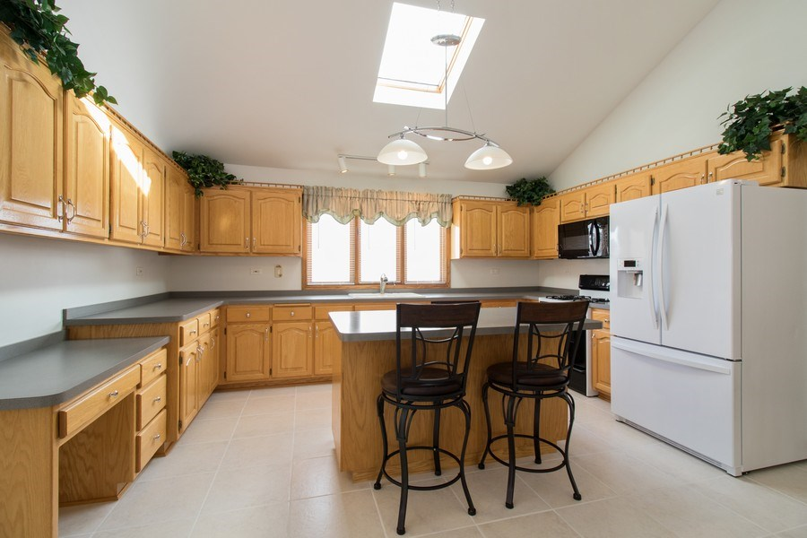 Real Estate Photography - 8200 Cove Ct, Tinley Park, IL, 60487 - Kitchen