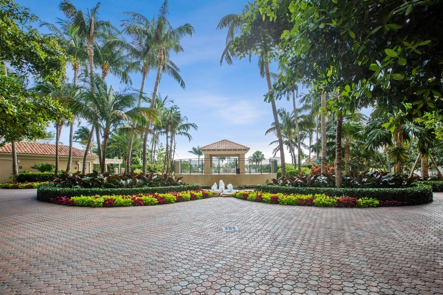 Real Estate Photography - 19501 W Country Club Dr, Unit 2102, Aventura, FL, 33180 - Tropical  Gardens