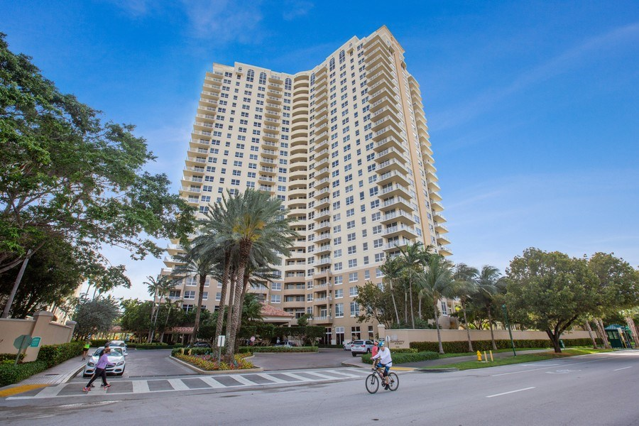Real Estate Photography - 19501 W Country Club Dr, Unit 2102, Aventura, FL, 33180 - Bldg Exterior