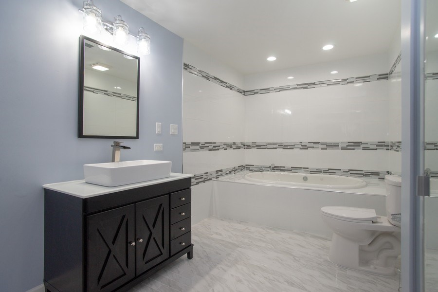Real Estate Photography - 4131 N. PHEASANT TRAIL CT, UNIT 5, ARLINGTON HEIGHTS, IL, 60004 - Master Bathroom