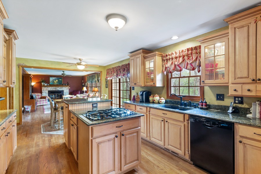 Real Estate Photography - 10S320 Jamie Ln, Willowbrook, IL, 60527 - Kitchen