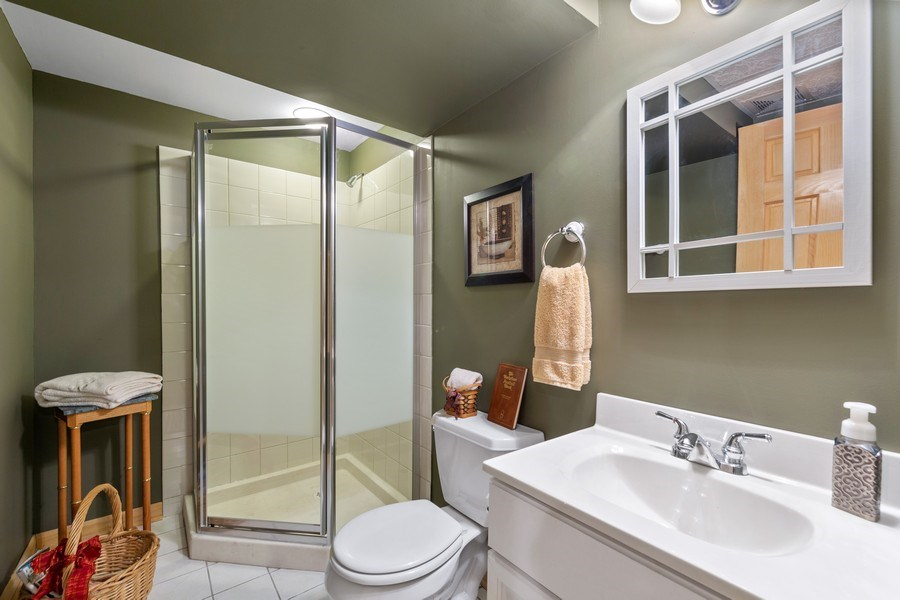 Real Estate Photography - 10S320 Jamie Ln, Willowbrook, IL, 60527 - Bathroom