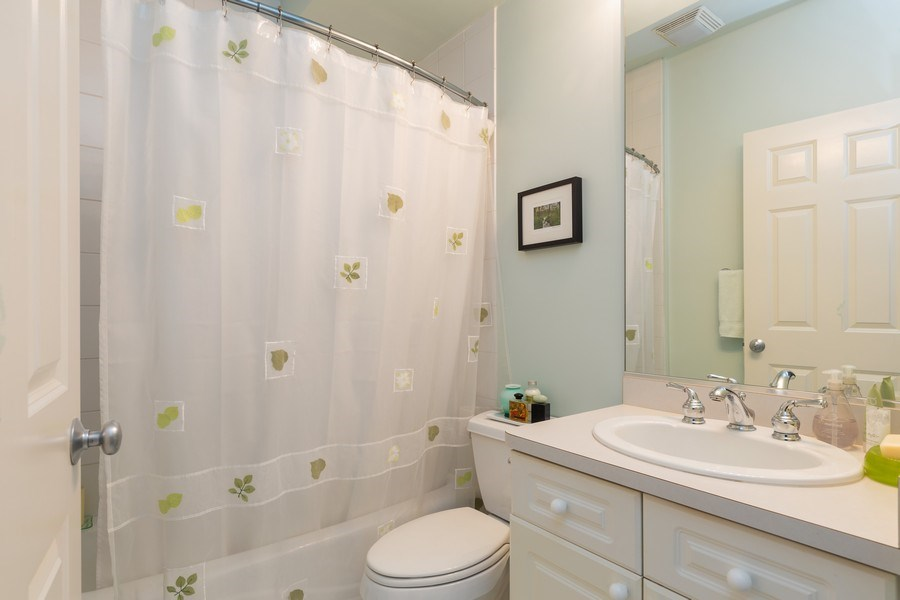 Real Estate Photography - 1112 N. Paulina, #1, Chicago, IL, 60622 - 2nd Bathroom