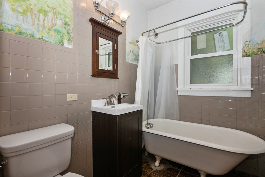Real Estate Photography - 112 Park St, Algonquin, IL, 60102 - Bathroom