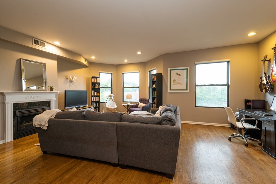 Real Estate Photography - 1712 W Wilson Ave, Unit 3E, Chicago, IL, 60640 - Living Room