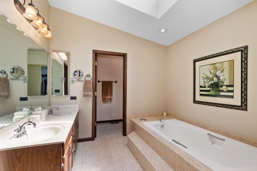 Real Estate Photography - 2250 Charter Point, Arlington Heights, IL, 60004 - Master Bathroom