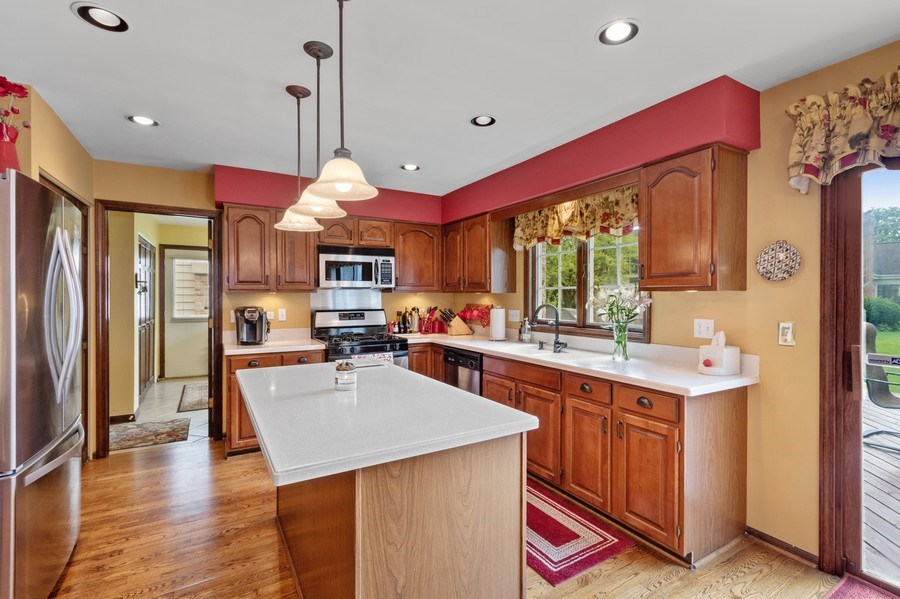 Real Estate Photography - 2250 Charter Point, Arlington Heights, IL, 60004 - Kitchen