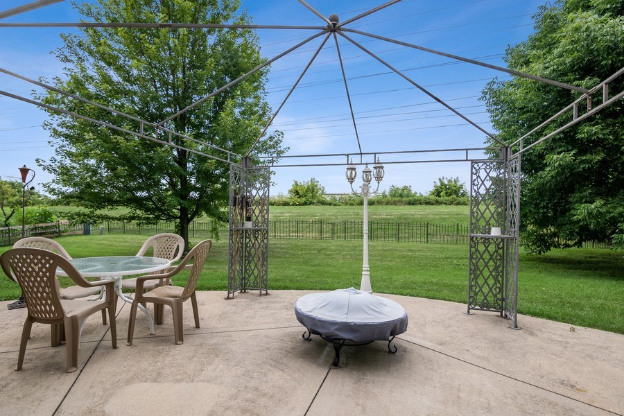 Real Estate Photography - 22W155 Glenrise Ct, Glen Ellyn, IL, 60137 - Back Yard