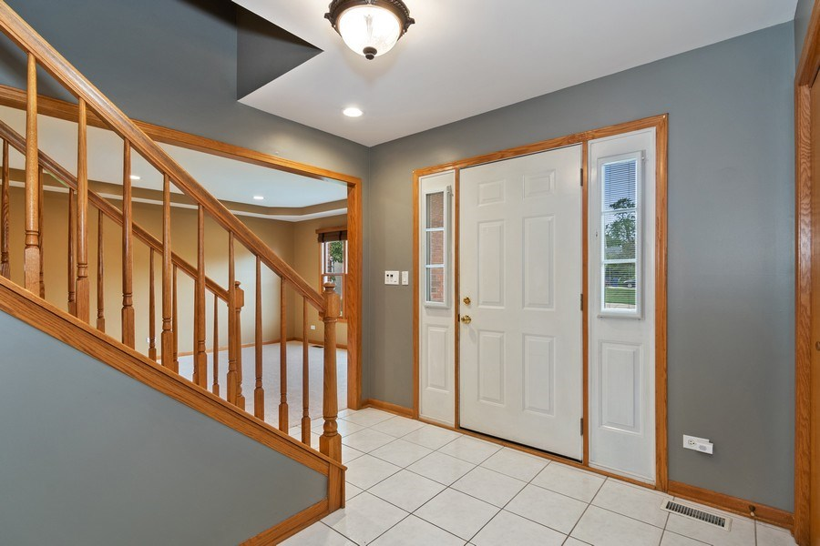 Real Estate Photography - 22W155 Glenrise Ct, Glen Ellyn, IL, 60137 - Foyer