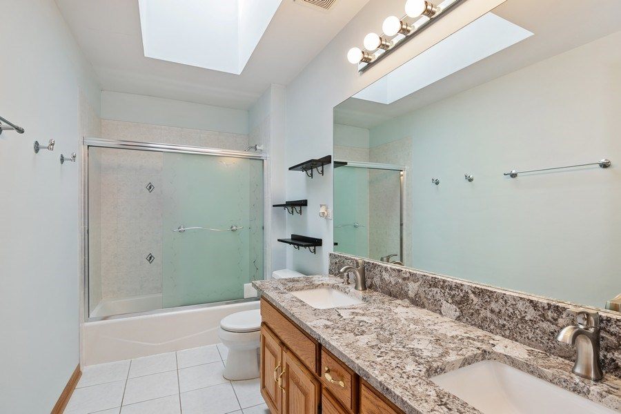 Real Estate Photography - 22W155 Glenrise Ct, Glen Ellyn, IL, 60137 - Bathroom