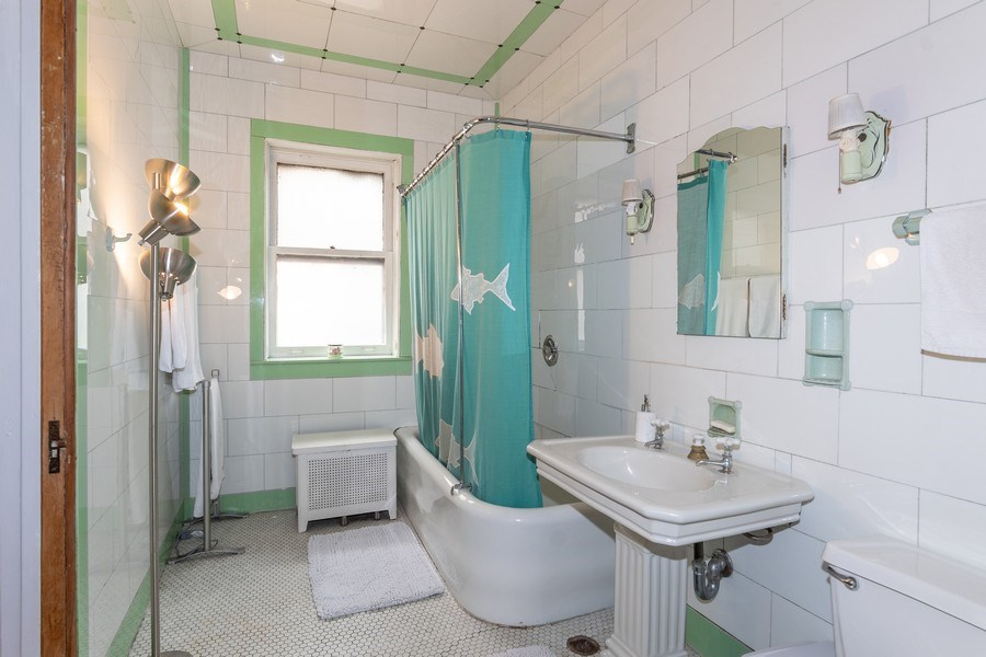 Real Estate Photography - 932 W Margate Ter, Unit 3W, Chicago, IL, 60640 - Master Bathroom