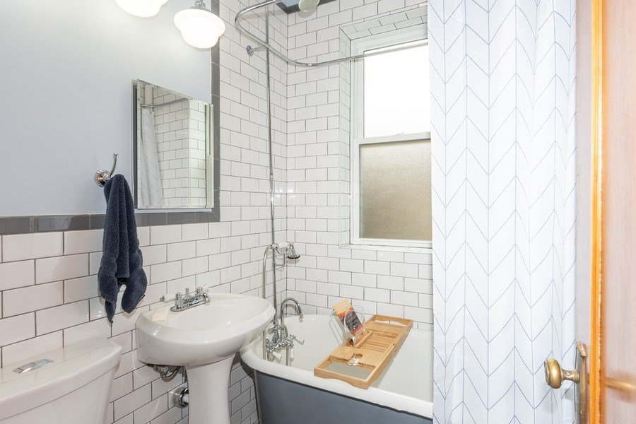 Real Estate Photography - 932 W Margate Ter, Unit 3W, Chicago, IL, 60640 - Bathroom