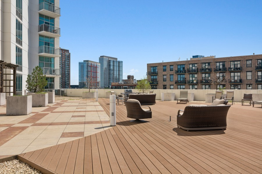 Real Estate Photography - 1600 S Indiana Ave #1401, Chicago, IL, 60616 - Deck