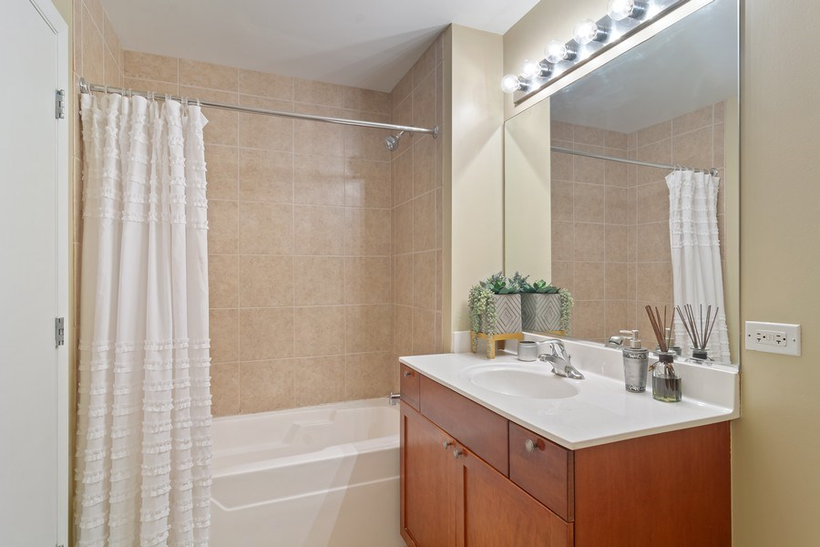 Real Estate Photography - 1600 S Indiana Ave #1401, Chicago, IL, 60616 - Bathroom