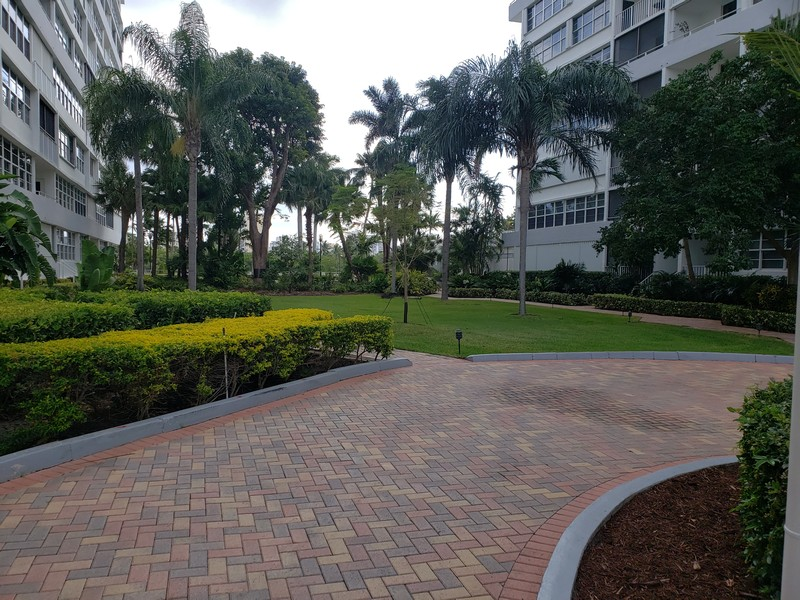 Real Estate Photography - 1170 N FEDERAL HWY, #509, FT LAUDERDALE, FL, 33304 - COURTYARD
