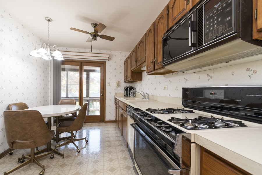 Real Estate Photography - 17595 Windsor Parkway, Tinley Park, IL, 60487 - Kitchen