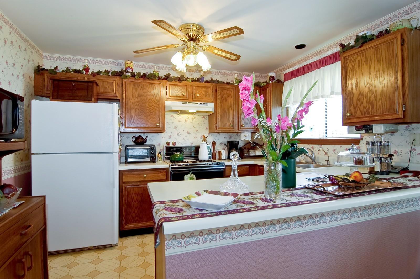 Real Estate Photography - 1013 Bedford, Carol Stream, IL, 60188 - Kitchen